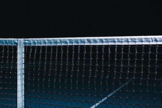 Теннисный корт с натянутой сеткой