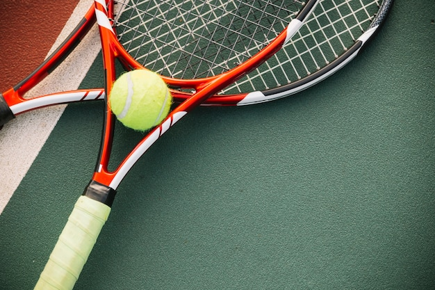 Теннисное оборудование с теннисным мячом