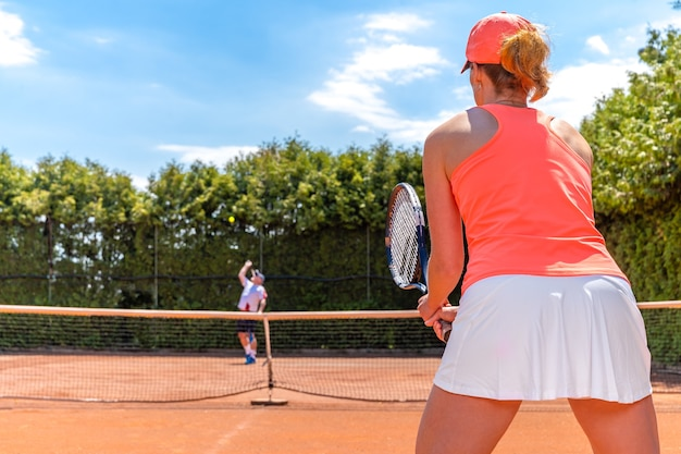 점토 야외 코트에서 테니스 게임