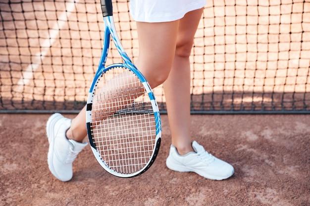 テニス選手。トリミングされた画像。法廷で