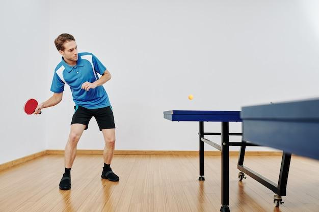 テニスプレーヤーがボールを打つ