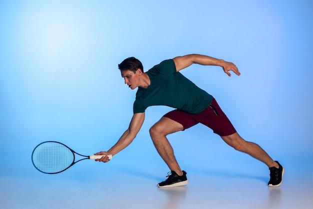 ラケットフルショットを保持しているテニスプレーヤー