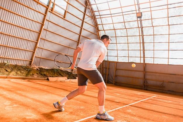 動いているテニス選手