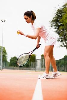 裁判所で試合をするテニス選手