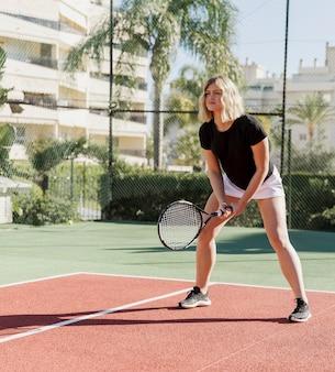 Теннисистка готовится ударить по мячу
