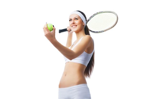 奉仕の準備をしているテニスプレーヤー。白い背景の上に分離。