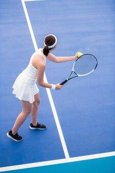 裁判所でボールを提供するテニスプレーヤー