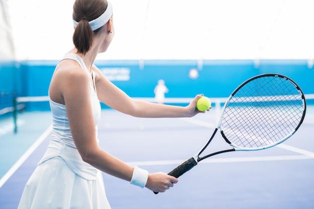 テニスプレーヤーのサービングボール