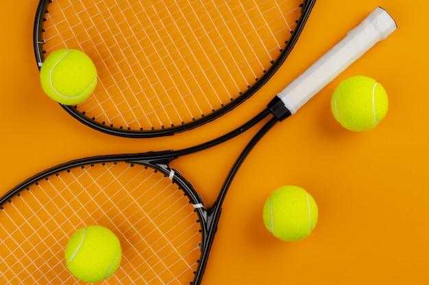 테니스 선수 스포츠 장비. 테니스 라켓과 공