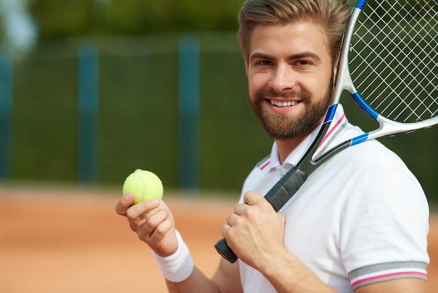 ゲームの準備中のテニスプレーヤー