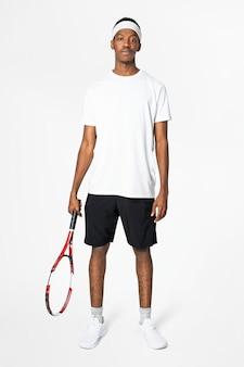 Giocatore di tennis in abbigliamento sportivo t-shirt bianca