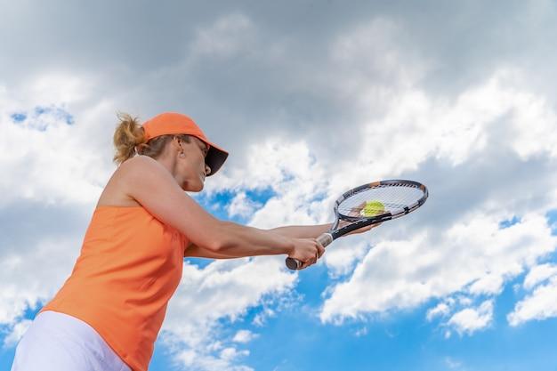 백그라운드에서 하늘 테니스 선수
