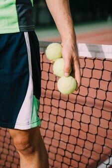 3つのボールを持つテニスプレーヤー
