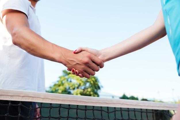 お互いに挨拶するテニス選手