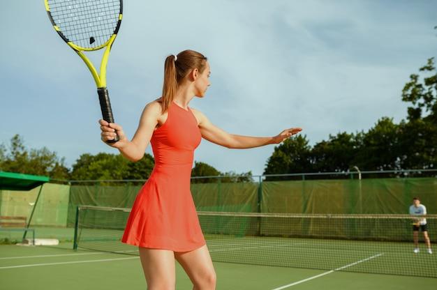 ラケットを持ったテニス選手、屋外コートでのトレーニング。アクティブで健康的なライフスタイル、人々はスポーツゲーム、ラケットでのフィットネストレーニングをプレイします