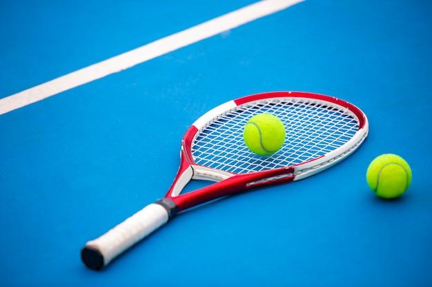 클레이 테니스 코트에서 테니스 라켓과 공