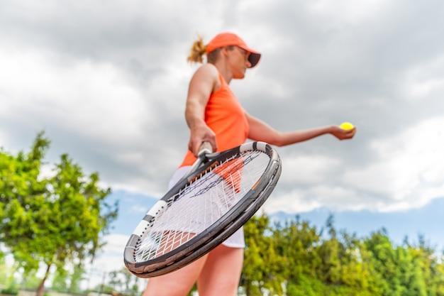 젊은 테니스 선수의 손에 테니스 라켓