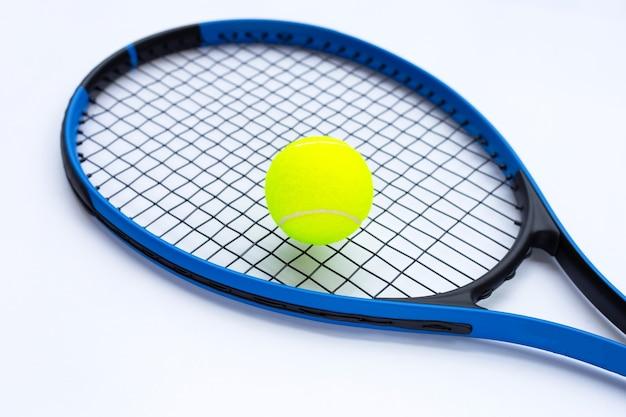 흰색 표면에 공을 테니스 라켓