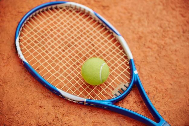 색상 필드에 야외에서 공을 테니스 라켓