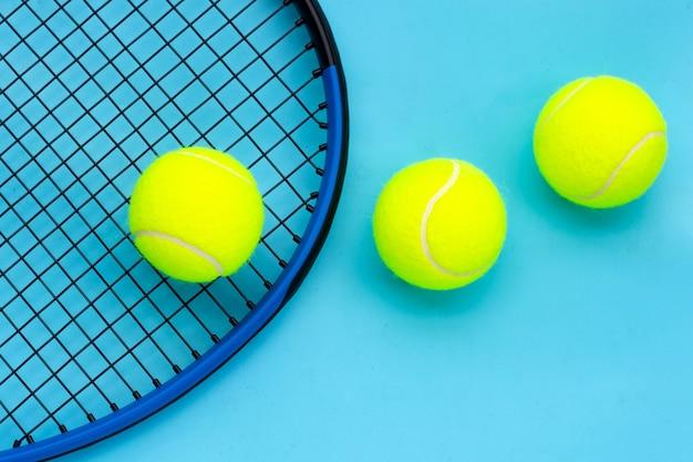파란색 표면에 공 테니스 라켓