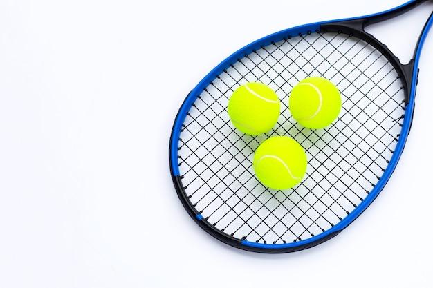 白ボールのテニス ラケット。