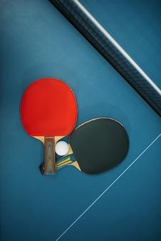 Теннисные ракетки и мяч на столе, концепция игры