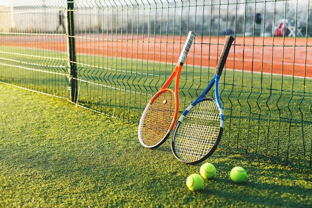 잔디에 테니스 라켓