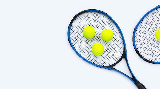흰색에 공 테니스 라켓입니다.