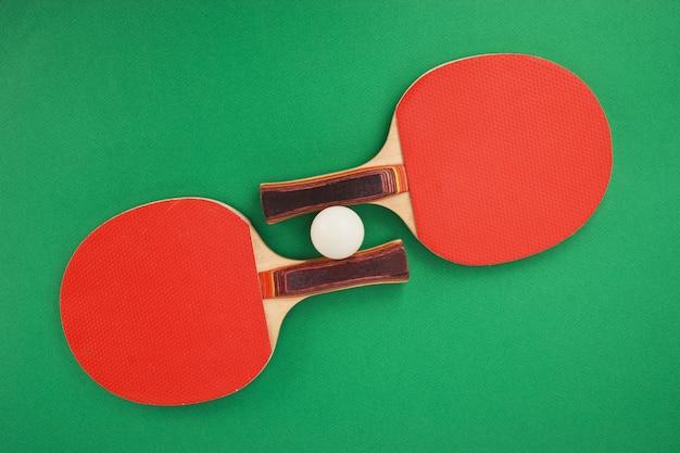 녹색 테이블에 테니스 라켓