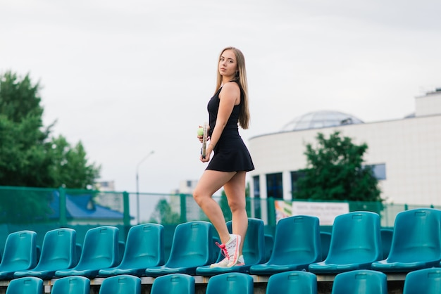 테니스 토너먼트. 클레이 테니스 코트에서 여자 선수