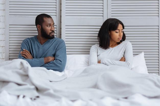 Напряженная атмосфера. эмоциональная молодая пара в напряженной атмосфере после очень неприятного разговора