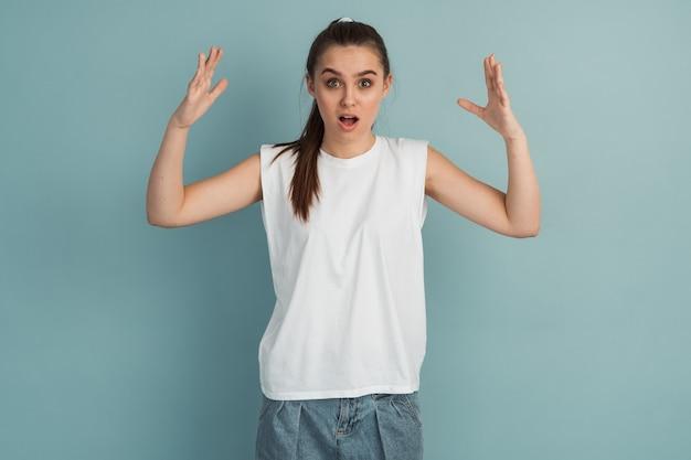 긴장하고, 충격을받은 소녀는 그녀의 손을 위로 올려 격리