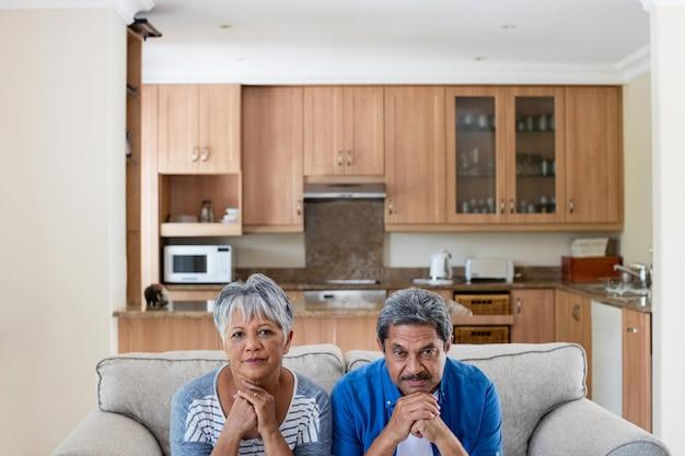 Напряженная пара старших в гостиной