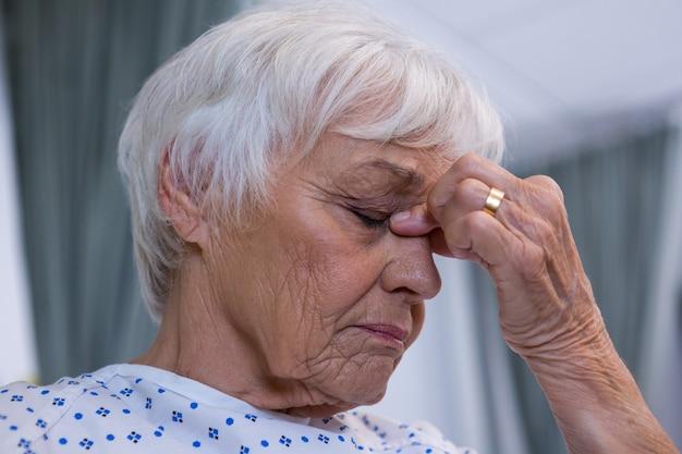 病院で緊張したシニア患者