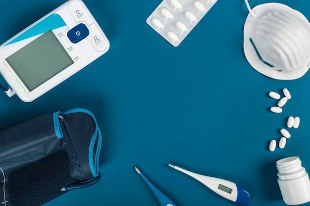 病人の世話をするためのテンシオメーター、体温計、マスク、錠剤