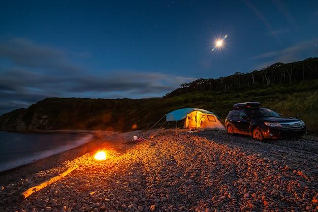 Палаточный лагерь на берегу моря ночью