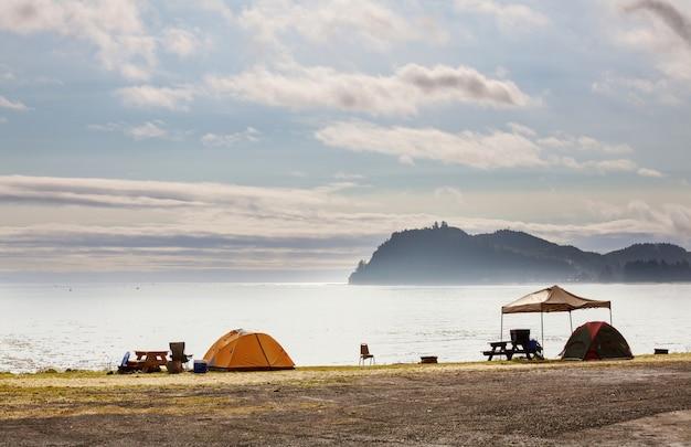 Палатка в кемпинге. сайт отдыха.