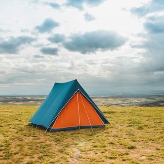 Палатка в сельской местности