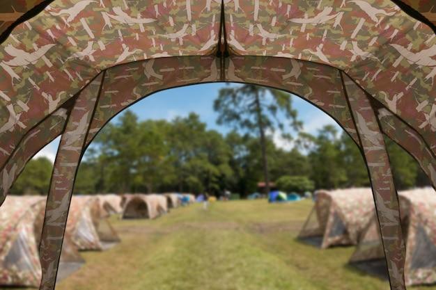 牧草地のキャンプのテント展望台