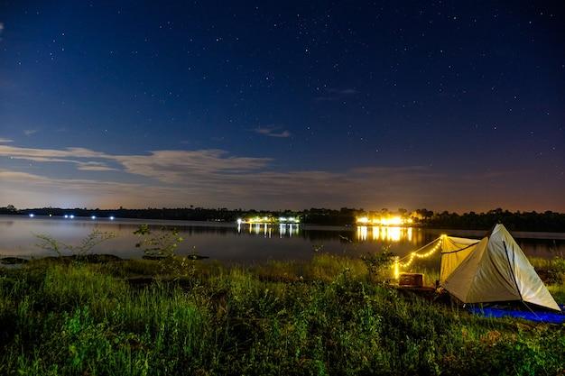 Палатка на озере