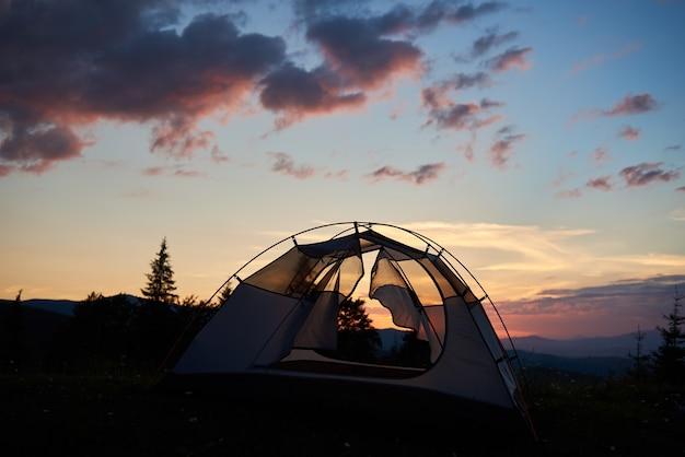 テントは日没時に単独で立っています