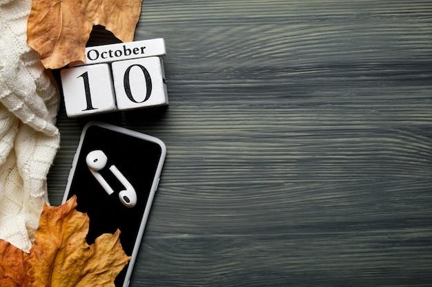 Десятый день осеннего календарного месяца октября с копией пространства.