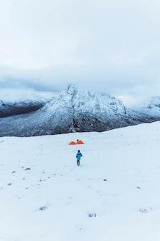 Палатки у заснеженной горы