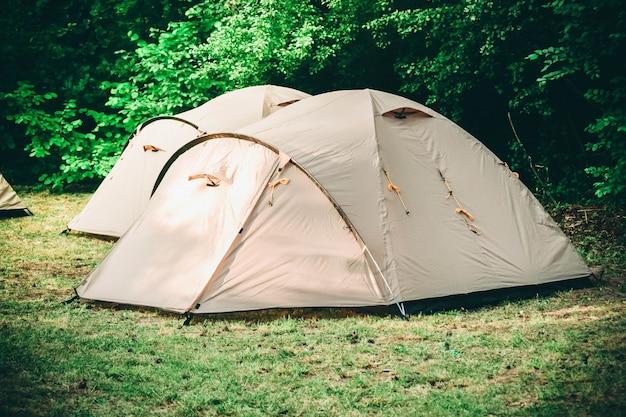 Палатки для туризма в лесу