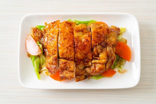 キャベツとにんじんの鉄板焼き照り焼きチキンステーキ