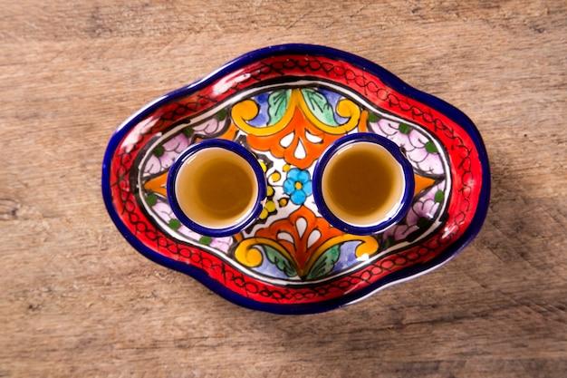 メキシコのグラスでテキーラを飲む