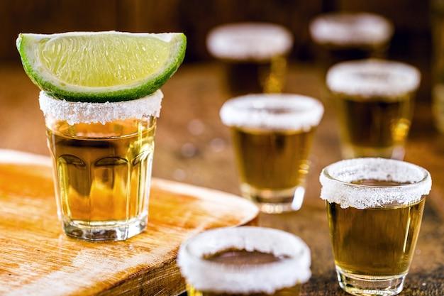 テキーラ、燃えるような飲み物、強いアルコール含有量。メニュー用のバーとレストランの画像。国際テキーラの日。