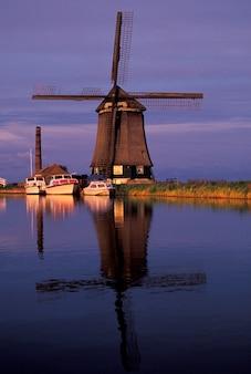 川と風車、terdiek、オランダ