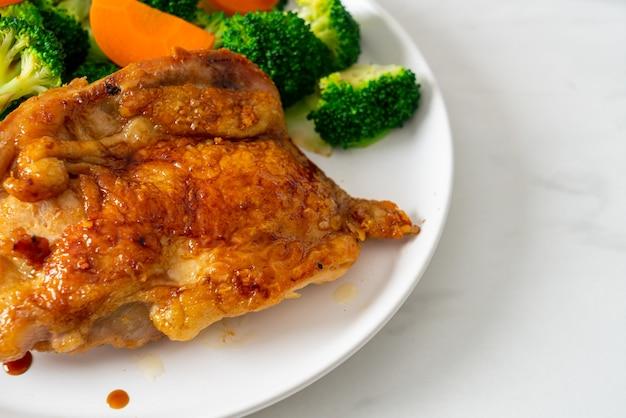 Куриный стейк терияки с брокколи и морковью