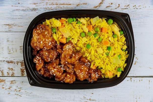 플라스틱 식품 용기에 쌀과 야채를 곁들인 데리야끼 치킨. 일본 요리. 평면도.